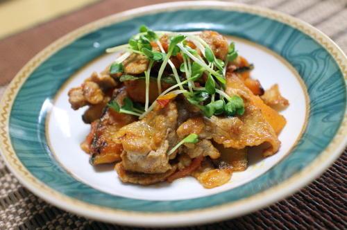 今日のキムチ料理レシピ:かぼちゃと豚肉のピリ辛トマト味噌炒め