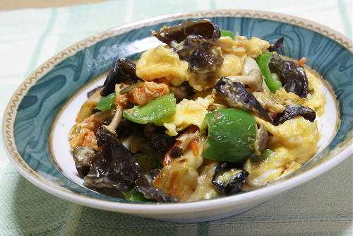 今日のキムチ料理レシピ:きくらげとシメジとキムチの卵炒め