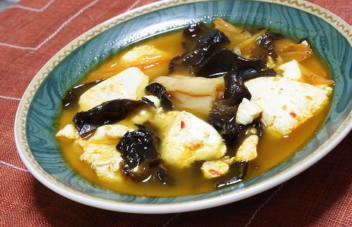 今日のキムチ料理レシピ:きくらげと豆腐のピリ辛キムチスープ