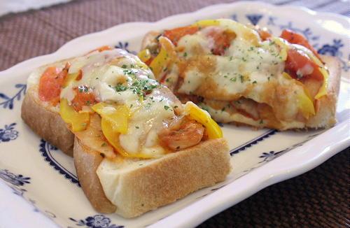 今日のキムチ料理レシピ:キムチとトマトのバジルトースト