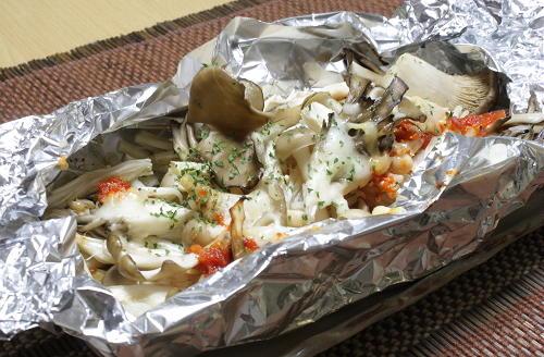 今日のキムチ料理レシピ:キノコたっぷりピリ辛ホイル焼き