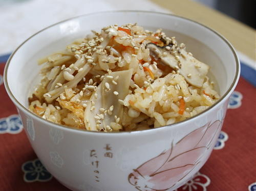 今日のキムチ料理レシピ:きのことキムチの炊き込みご飯