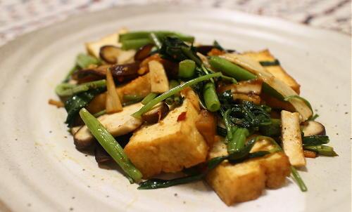 今日のキムチ料理レシピ:空心菜と厚揚げのキムチ炒め
