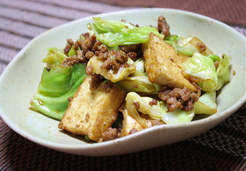 今日のキムチ料理レシピ:厚揚げとキャベツのピリ辛味噌炒め