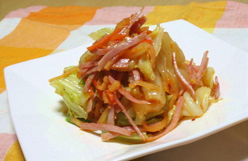今日のキムチ料理レシピ:キャベツとベーコンのキムチサラダ