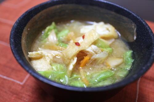 今日のキムチ料理レシピ:レタスと油揚げとキムチの味噌汁