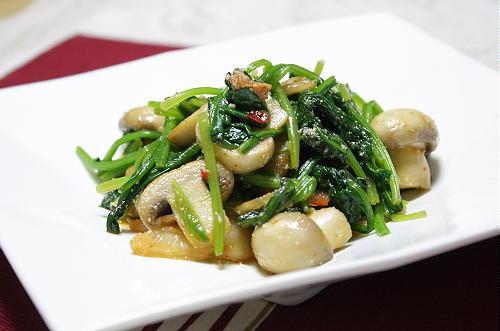 今日のキムチ料理レシピ:マッシュルームとほうれん草のキムチ和え