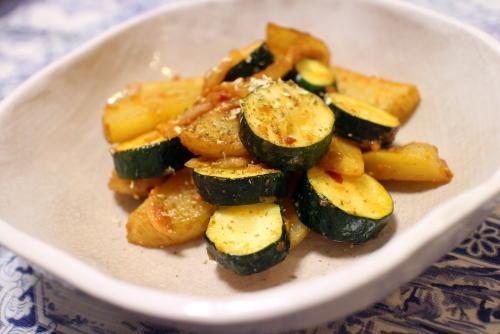 今日のキムチ料理レシピ:ズッキーニとジャガイモのキムチ味噌バター炒め