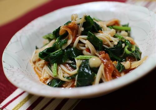 今日のキムチ料理レシピ:えのきとモロヘイヤの梅キムチ和え
