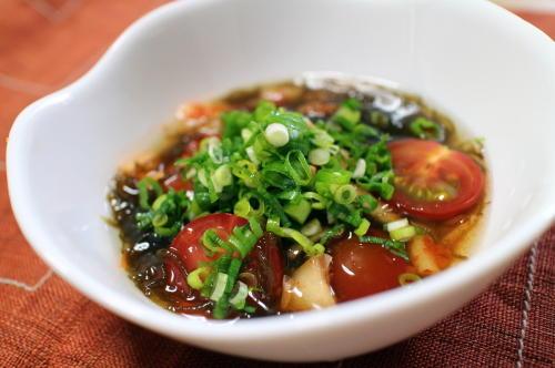 今日のキムチ料理レシピ:トマトとキムチのもずく酢和え