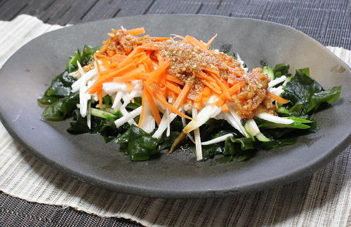 今日のキムチ料理レシピ:長芋とわかめのピリ辛ごまドレサラダ