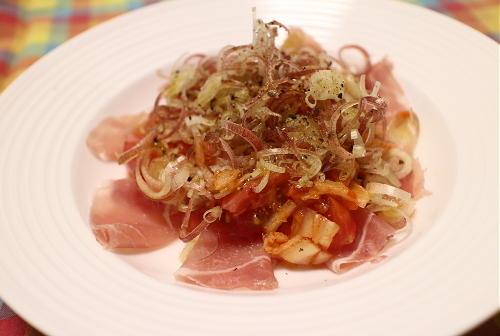 今日のキムチ料理レシピ:生ハムとトマトのキムチサラダ