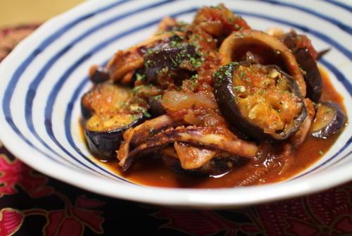 今日のキムチ料理レシピ:イカとなすのピリ辛トマト煮