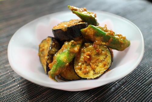 今日のキムチ料理レシピ:ナスとオクラのキムチ味噌胡麻和え