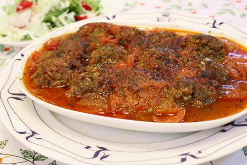 今日のキムチ料理レシピ:キムチ肉団子のトマトバジル煮込み