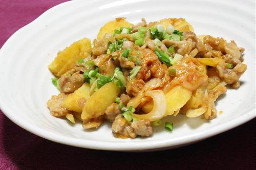 今日のキムチ料理レシピ:みそ風味のじゃが豚キムチ炒め