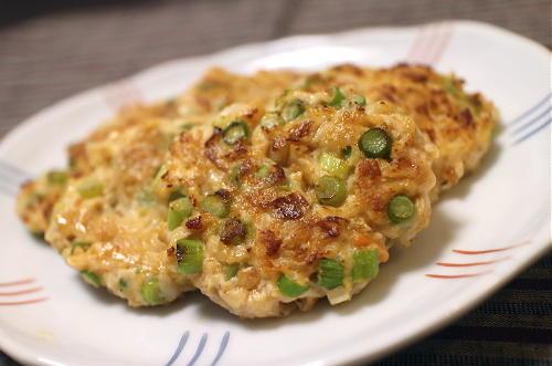 今日のキムチ料理レシピ:にんにくの茎とキムチ入り鶏つくね