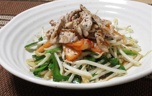 今日のキムチ料理レシピ:にらともやしの豚キムチ乗せ