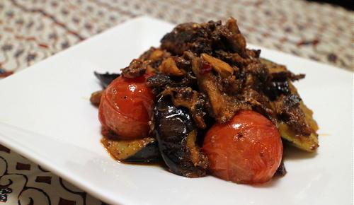 今日のキムチ料理レシピ:茄子とオイルサーディンのピリ辛ハーブ炒め