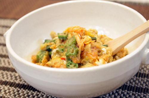 今日のキムチ料理レシピ:オクラとキムチの卵とじ