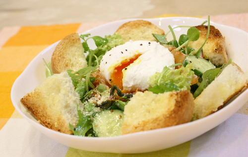 今日のキムチ料理レシピ:ボーチドエッグキムチサラダ