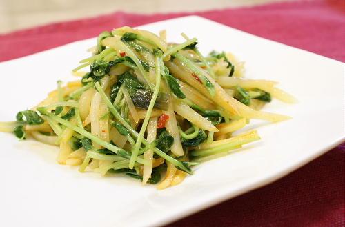今日のキムチ料理レシピ:じゃがいもと豆苗のキムチ炒め