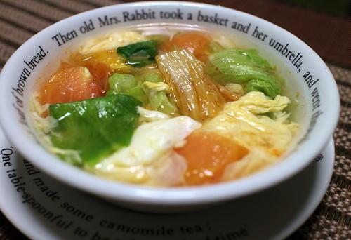 今日のキムチ料理レシピ:トマトとレタスのキムチスープ