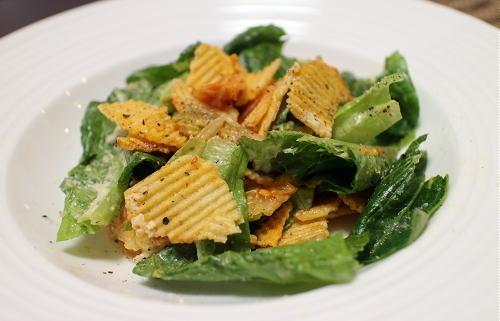 今日のキムチ料理レシピ:ロメインレタスとポテトチップスのキムチサラダ
