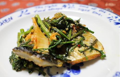 今日のキムチ料理レシピ:サバと春菊のキムチみそ炒め