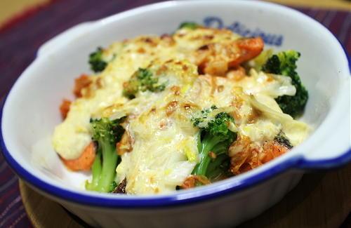 今日のキムチ料理レシピ:鮭とブロッコリーのキムチマヨ焼き