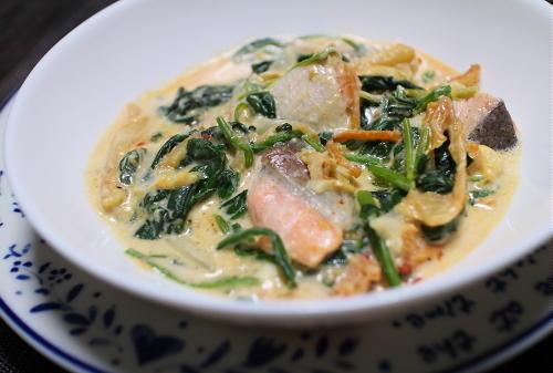 今日のキムチ料理レシピ:鮭とほうれん草のキムチクリーム煮