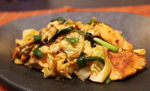今日のキムチ料理レシピ:鮭とキャベツのピリ辛マヨ炒め