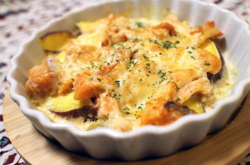 今日のキムチ料理レシピ:鮭とサツマイモとキムチのグラタン