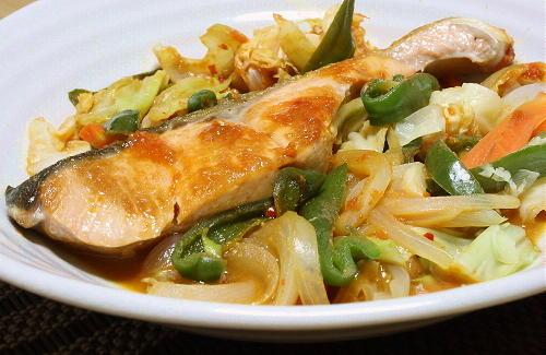 今日のキムチ料理レシピ: 鮭と野菜のピリ辛味噌蒸し焼き