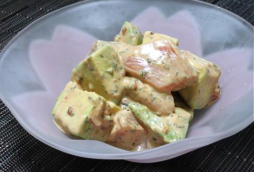 今日のキムチ料理レシピ:アボカドとサーモンのピリ辛バジルマヨ和え