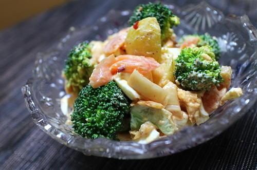 今日のキムチ料理レシピ:サーモンとブロッコリーのキムチタルタルサラダ