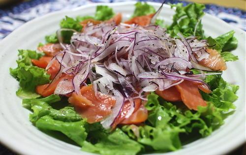 今日のキムチ料理レシピ:スモークサーモンとキムチのサラダ