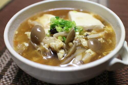 今日のキムチ料理レシピ:きのこと豆腐のキムチサンラータンスープ