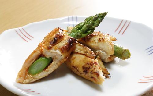 今日のキムチ料理レシピ:アスパラのピリ辛味噌のささみ巻き
