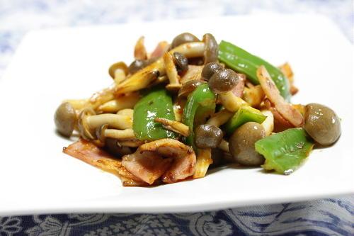 今日のキムチ料理レシピ:しめじとピーマンのほんのりピリ辛炒め