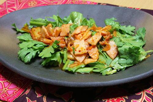 今日のキムチ料理レシピ:春菊のベーコンキムチドレッシングサラダ