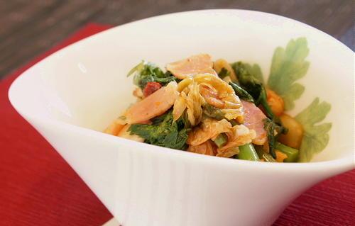 今日のキムチ料理レシピ:春菊とベーコンのキムチ炒め