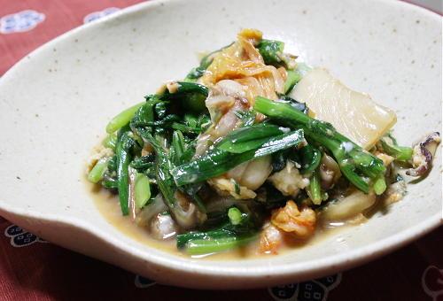 今日のキムチ料理レシピ: 春菊とキムチの卵とじ