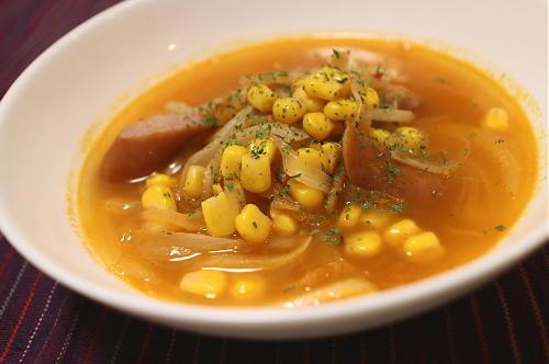 今日のキムチ料理レシピ:ソーセージとコーンのキムチスープ