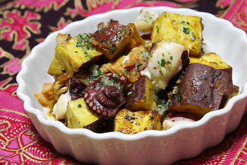 今日のキムチ料理レシピ:さつまいもとタコとキムチの香味バター炒め