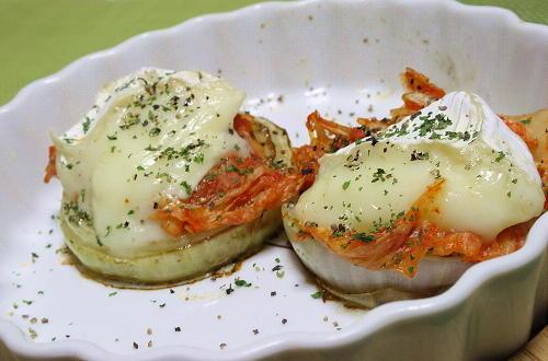 今日のキムチ料理レシピ:カマンベールとキムチのせ玉ねぎソテー