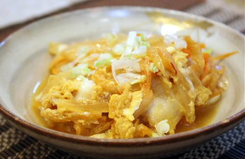 今日のキムチ料理レシピ:たまねぎとキムチの卵とじ