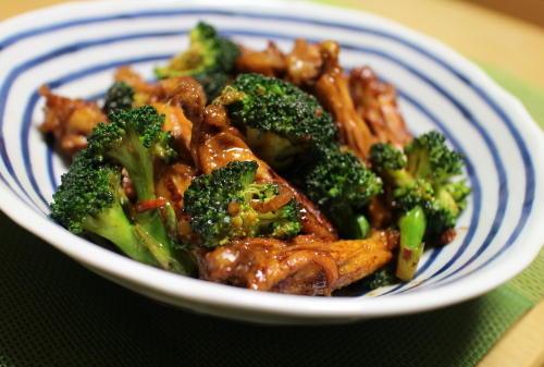 今日のキムチ料理レシピ:手羽中とブロッコリーのピリ辛蒸し