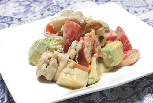 今日のキムチ料理レシピ:アボカドトマトのピリ辛冷しゃぶサラダ
