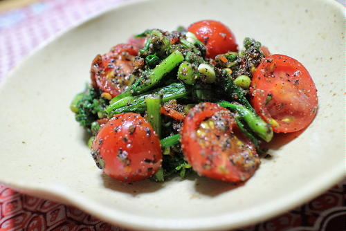今日のキムチ料理レシピ:トマトと春菊のピリ辛胡麻和え